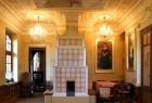 Königlicher Kachelofen in einem Schloss. Traditioneller und rustikaler Aufbau.
