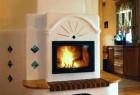 Rustikaler und bemalter Biofire Kachelofen mit Sitzbank und großer Panorama-Sichtscheibe für Küche und Wohnzimmer.