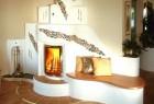 Eleganter Kachelofen mit Sitzbank aus Holz und mediterranen Kacheln.
